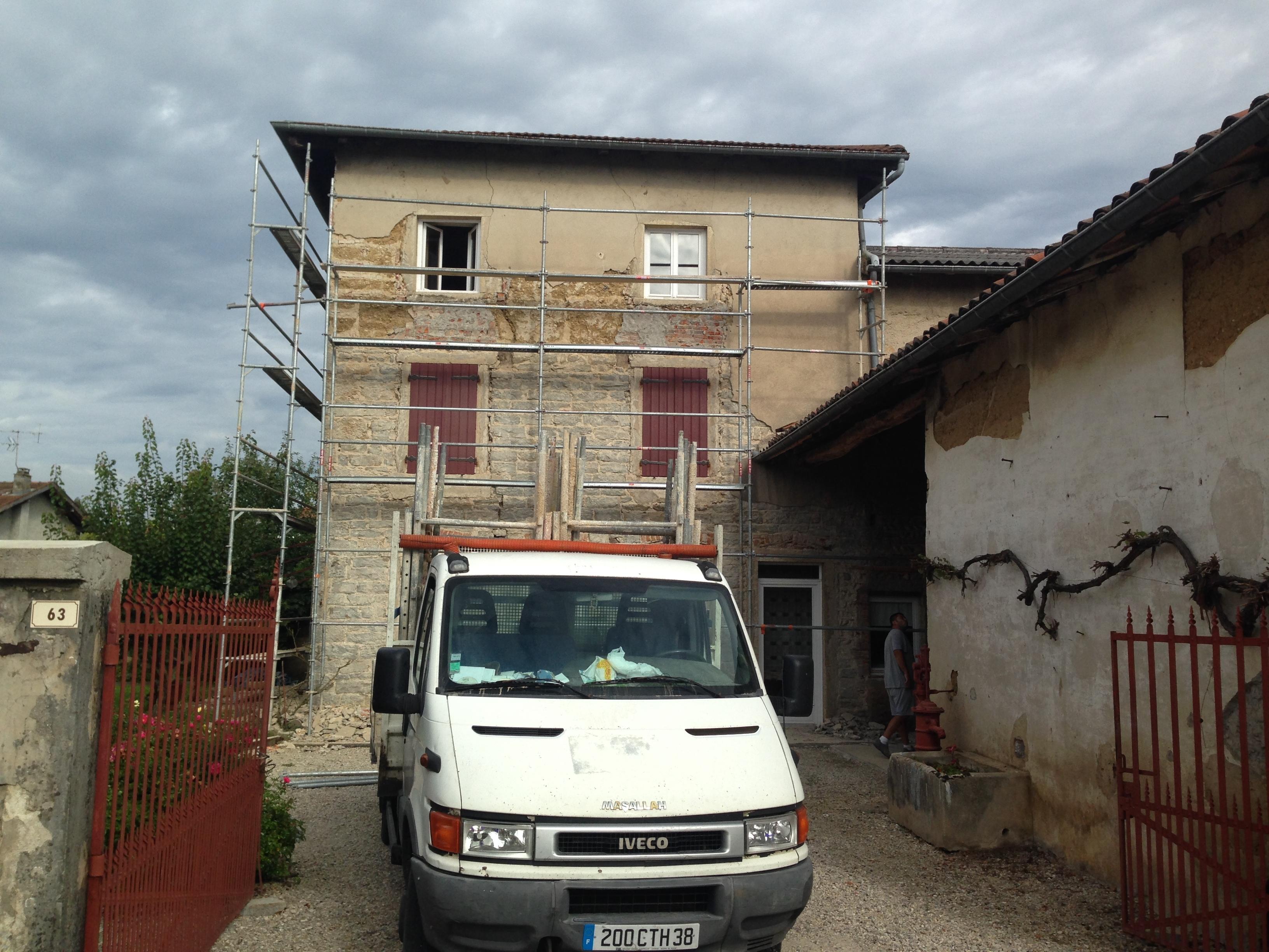 Rénovation de façade de maison en pierre dorée
