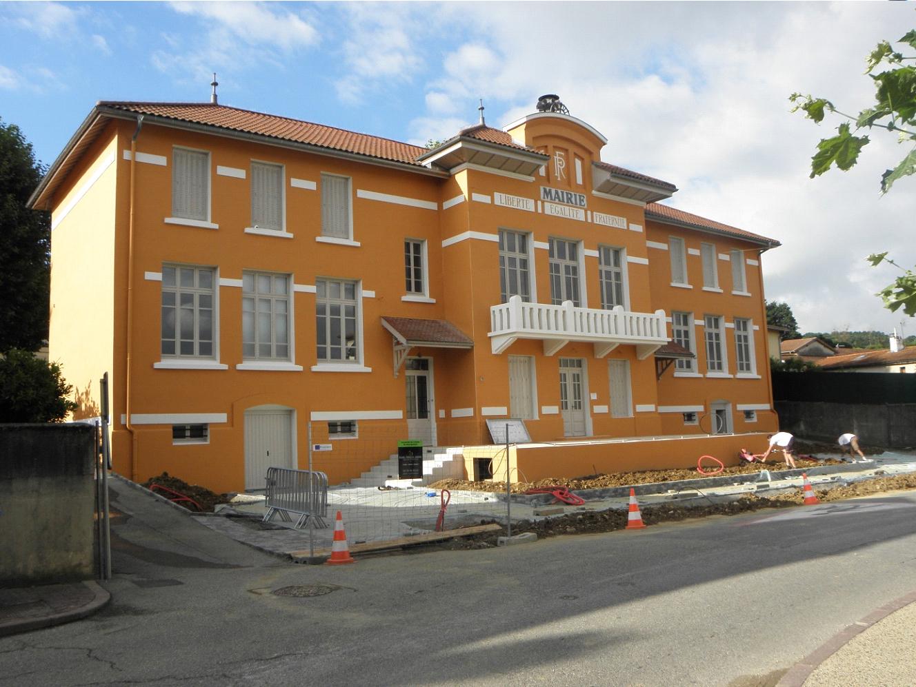 Travaux de rénovation de façade mairie de Marennes par l'équipe de façadiers de Fran Façades